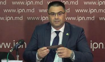 Маринуцэ пришел на пресс-конференцию с пистолетом
