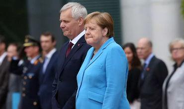 Стало известно, что Меркель шептала во время приступа.