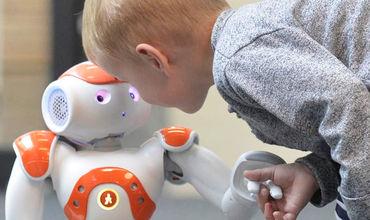 В Сингапуре детей с яслей учат взаимодействовать с роботами.