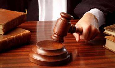 Восемь таможенников предстанут перед судом по обвинению в коррупции.