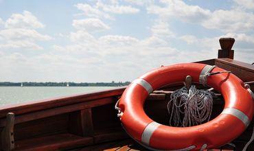 Сотрудники ГИЧС спасли 4 детей и 2 взрослых, перевернувшихся на лодке.