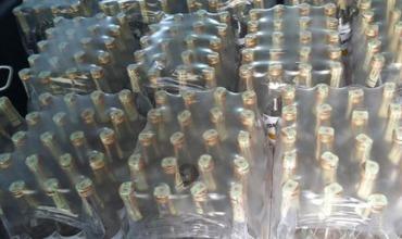 Подозрение правоохранителей вызвали также и акцизные марки на бутылках.
