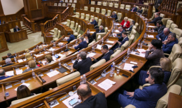 В 2018 году дебаты в парламенте продолжались более 200 часов.