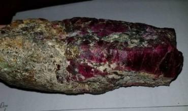Помимо рубина Софья Георгиевна продает старинные на вид кинжалы стоимостью по 10 и 15 тысяч долларов.
