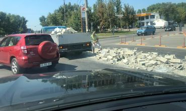 В Кишиневе из грузовика на ходу выпали кирпичи