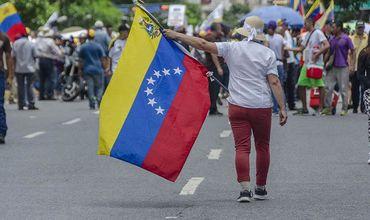 Венесуэльские власти и оппозиция договорились вместе добиться мира в стране.