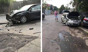 Два автомобиля столкнулись возле больницы Скорой помощи.