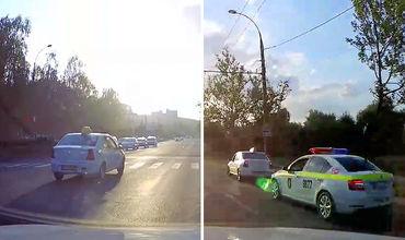 Полицейские сразу развернулись и с включёнными проблесковыми маячками задержали таксиста-нарушителя.