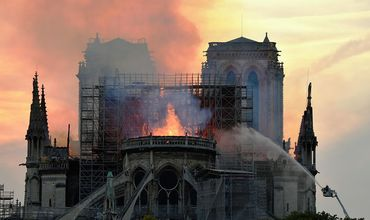 Пожар в Нотр-Даме, скорее всего, связан с разгильдяйством.