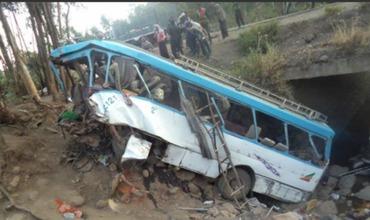 Cel puţin 38 de morţi după ce un autobuz a căzut într-o râpă.