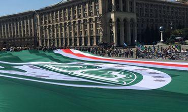 На Майдане Независимости в Киеве военные отдельного президентского полка днем 13 августа развернули национальный флаг непризнанной Ичкерии.
