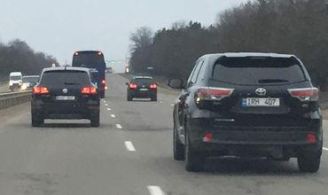 Автобус демократов передвигается в сопровождении джипов с охраной