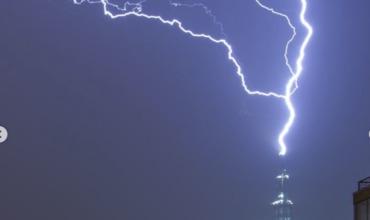 Удар молнии в самое высокое здание Европы поразил пользователей Сети.