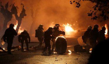В центре Афин после мирной акции, посвященной 10-летию убийства полицейским 15-летнего подростка.