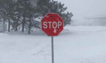 Сильный снегопад привел к закрытию ряда трасс в Румынии и на Украине.