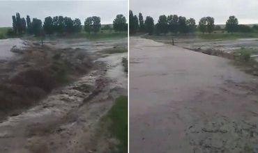 В Сороках в результате сильного ливня затопило село.