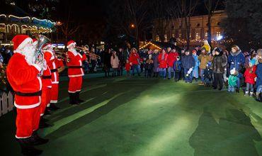 Малышей поддерживал оркестр Дед Морозов, которые исполнили зимние песни. Фото: agora.md.