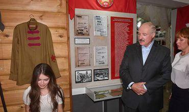 По информации издания, Лукашенко случайно встретил Василевич среди экскурсантов в музее агрогородка Вишов.