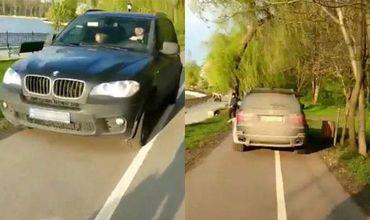 Водитель БМВ проехался по пешеходной дорожке в парке Валя Морилор