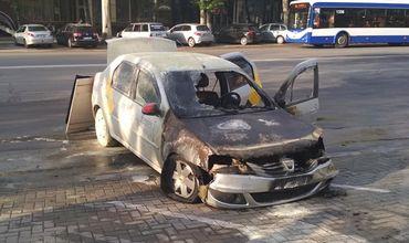 В столице на заправке сгорела машина такси.