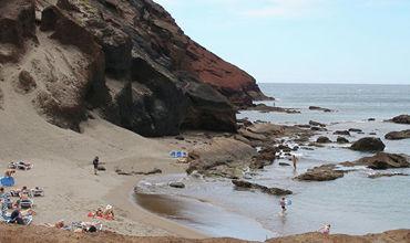 Экологи считают, что если отдыхающих не остановить, то естественная красота песчаных дюн острова может быть навсегда потеряна.