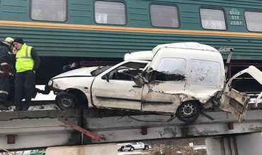 Поезд Кишинев-Москва протаранил автомобиль: один человек погиб