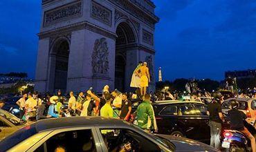 В центре Парижа выходцы из Алжира разграбили по меньшей мере два магазина.