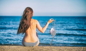 В Барселоне женщинам разрешили плавать топлес.