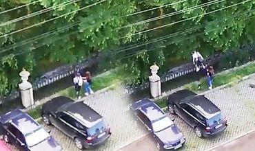 Две девушки попытались перелезть через ограду столичного парка «Дендрарий».