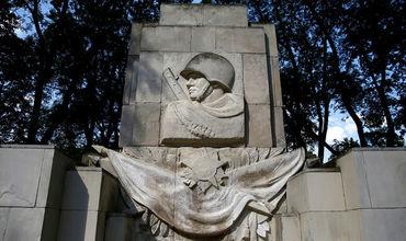 В Литве демонтировали памятник советскому воину.