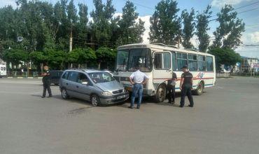 ДТП в Бельцах: минивэн не уступил дорогу рейсовому автобусу.