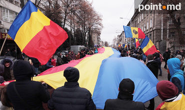 В Кишиневе под румынскими флагами прошел протест против результатов выборов.