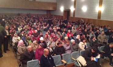 На сход собралось много людей.