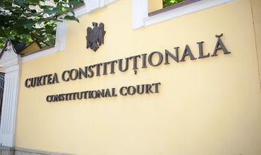 Конституционный суд состоит из шести судей.