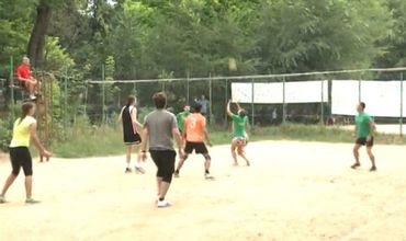 80 молодых людей приняли участие в соревнованиях по волейболу.