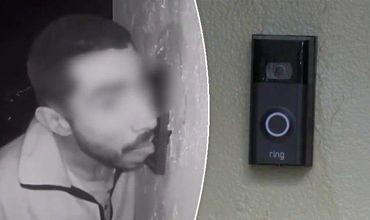 На кадрах видно, как Арройо облизывает кнопку дверного звонка.
