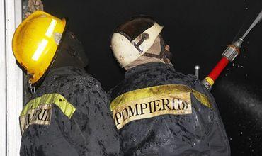 На место происшествия для борьбы с огнем прибыли два пожарных расчета.