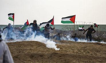 Тысячи палестинцев вышли на демонстрацию на границе сектора Газа.