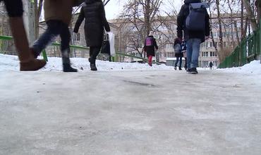 Столица превратилась в сплошной каток: горожане жалуются на неочищенные от льда улицы