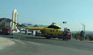 В Кишиневе грузовик перевозил вертолет без лопастей.
