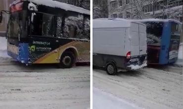 Очевидец снял на видео, как автобус, а следом за ним и маршрутка, пытались сдвинуться с места, но безрезультатно.