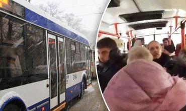 В столичном троллейбусе поскандалили пассажиры и контролер.