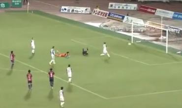 Футболист упал перед воротами и забил вслепую.