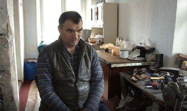 Отец-одиночка с проблемой опорно-двигательной системы обеспечивает семью, работая сапожником.