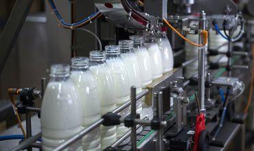 Эксперт также отметил, что значительный объем продукции, реализуемой в отечественных магазинах, называть молоком нельзя.