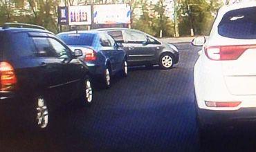Дорожная авария в районе столичного цирка попала на видео.