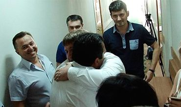 У суда Кукулеску приветствовали сторонники «Нашей Партии» и гражданские активисты.