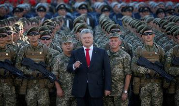 В октябре Верховная Рада поддержала президентский законопроект о введении в армии «бандеровского» приветствия.