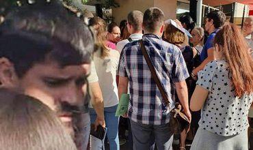 Бывшего депутата-демократа Константина Цуцу заметили в толпе около консульства Румынии.