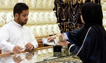 Ранее магазины в Саудовской Аравии работали только с субботы по четверг с 9:00 до 13:00 и с 16:30 до 20:00.